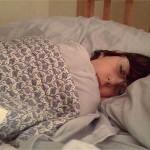 寝ている時に足がビクッと動く原因は何?痙攣は病気のサイン?